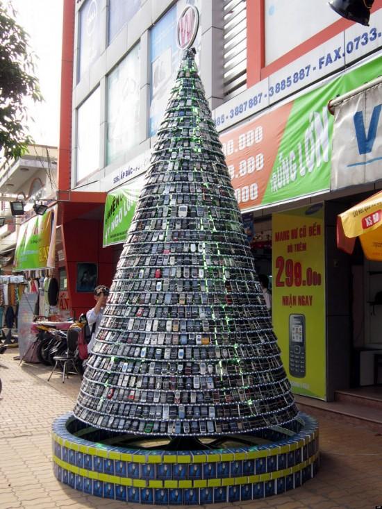 cell-phone-Christmas-tree-550x733